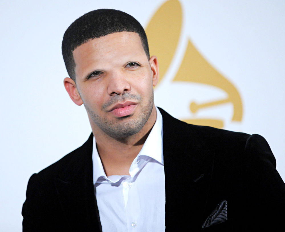 bornback-wards:  christurkleton:  the difference is so drastic because Drakes eyebrows are 70% of his face
