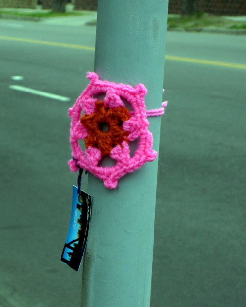 Target: Franklin #yarnbomb Motive: Pretty flower & note for passersby