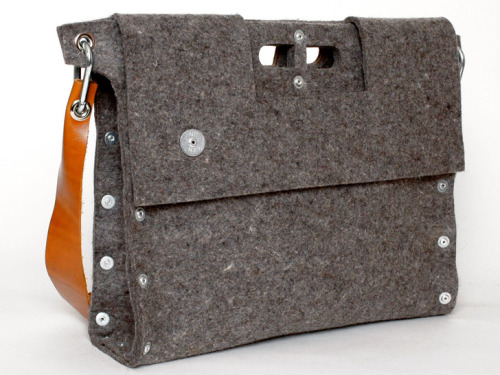 Carga 02 Messenger $245 from Yanko Design