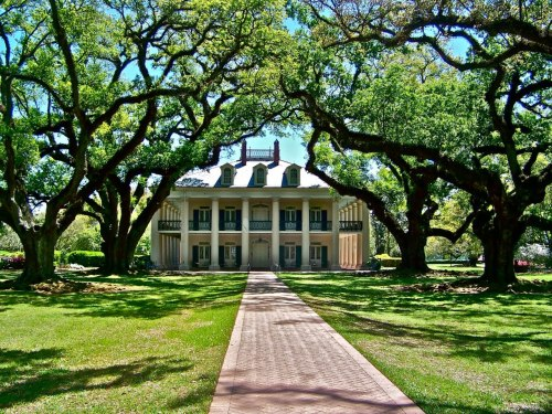 aprilecrussell:  megandianeallen:  Deep South  i want a house just like this!