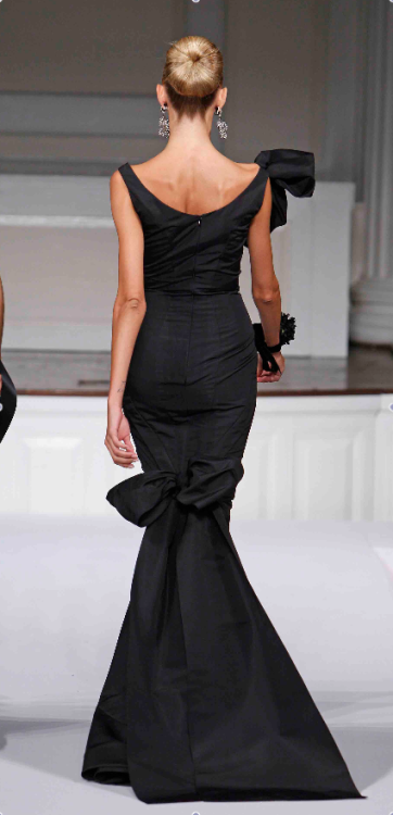 pearlsprepandpickuptrucks:  Oscar de la Renta  So nice. Look at that silhouette!