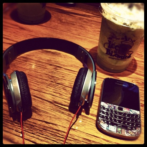 Beats Dr.Dre with Bold 9900&Green Tea #food #drink #headphone #instadict #instago #instagram #iphonesian #iphonegraphy #photoofday  (Taken with Instagram at The Coffe bean)