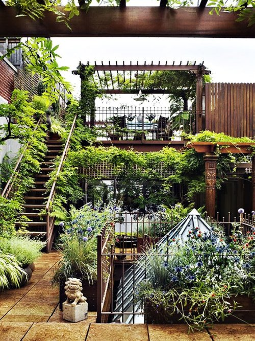 theblackworkshop:  Manhattan Roof Garden (via)  I shall have a rooftop garden someday
