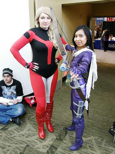 Stature and Hawkeye from The Young Avengers. (par Charlene F.)