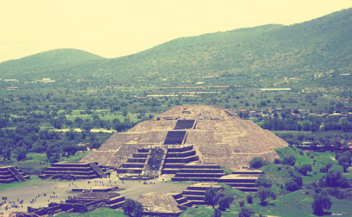 thinkmexican:  Pyramid of the Sun - Teotihuacan    via lachicayeye