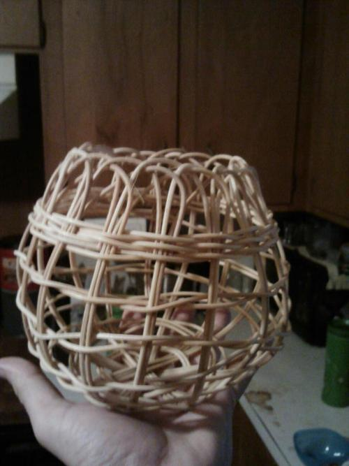 My second Onion basket!! Made in about 3 hours, start to finish, including times of seeting back in water to re-soak. Got the technique down a little better and made a few mods in the process of my own, trying to figure out the different things I can do with this medium. Looking into some natural dyes for coloring, so I hope to share some of those attempts (as well as more basketry) in the future!!