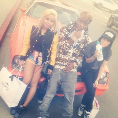 loosescrewswagg:  One car full of bad bitches