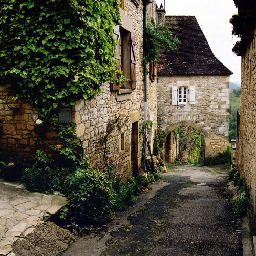 | ♕ |  Passage in Castelnaud, Dordogne  | by © Yvan LEMEUR | via ysvoice
