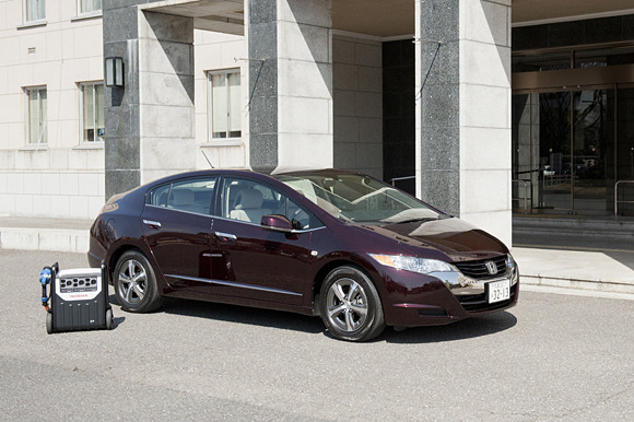 Honda's FCX Clarity can power a home for 6 days | The Car Tech blog - CNET Reviews Honda equips an FCX Clarity with a mobile power supply system and reveals a new solar-powered hydrogen-fueling station in Japan. A story from FuelCellToday shows how Honda has turned the FCX Clarity into a zero emissions electric generator on wheels. The auto manufacturer outfitted the hydrogen fuel cell vehicle with a mobile power supply system, enabling the car to provide 9 kilowatts of electricity continuously for more than seven hours on a full tank of hydrogen at peak generation. At the lower-generation rates needed to power a typical home in Japan, the FCX Clarity could provide electricity for six days. Nissan and Mitsubishi also have vehicle-to-home power systems, albeit with smaller energy capacities. These systems can be used in emergency power outage situations or to offset the cost of electricity during peak use hours.