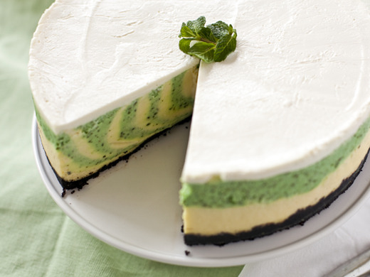 thecakebar:  Mint Cheesecake Vertical Swirl Tutorial!  I want to be able to do this…