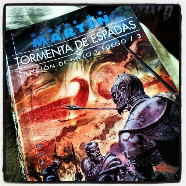Storm of swords, can't stop reading… #GameOfThrones (Tomada con instagram)