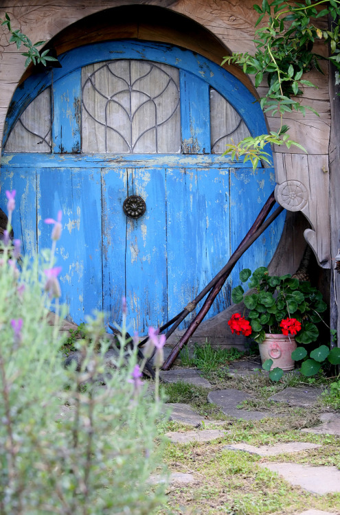 manycurrentssmallpuddle:  Hobbit gardening shed!
