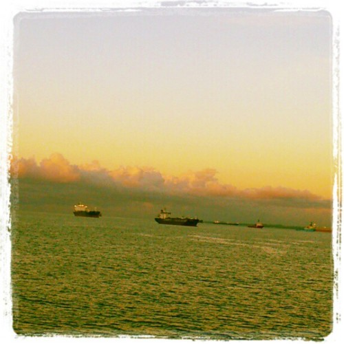 And here they come. From all over they come.  #ships #harbor  (Publicado com o Instagram)