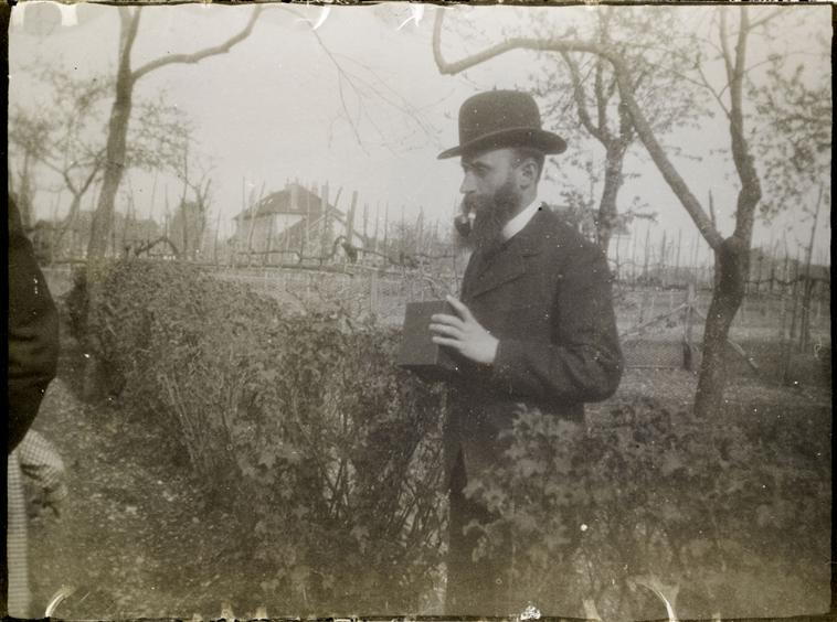 Vuillard tenant son appareil Kodak  Description : Fonds Pierre Bonnard   Auteur : Bonnard Pierre (1867-1947)  rmn  Kodak CameraOnce Vuillard discovered the Kodak camera, in 1895, he used snapshots as studies for his paintings, allowing him to experiment further with perspective. Sometimes he would combine figures from different photographs and combine them on one canvas. Other times he would take snapshots of a place he intended to paint and refer to them whilst producing his paintings. He also frequently snapped pictures of compositions he had painted earlier; not literally but compositionally and temperamentally. His photographs can be divided into three, corresponding to the three women who dominated Edouard Vuillard's life: Misia Natanson (Thadee's wife) in 1890, Lucy Hessel in 1900 and his mother throughout his entire career. His intimate scenes of family and friends define a whole genre within post-impressionistic painting, and layered his photographs with pigment and meaning. Evolving in Different DirectionsVuillard used photography as a means to express an intimacy and immediacy that he failed to capture in paint. In a way he created a cinematic connection between featured actors in a scene. There is a similarity to his paintings in that he was present through feeling rather than physical existence; he was always the pivotal but invisible actor around whom the drama revolved. An example of this is a series of photographs he took in Restaurant Normandy. He is seated with a group of friends (Roman Coslos, Tristan Bernard, Marcelle Aron, Lucy Hessel) of whom only one, Lucy, acknowledges his presence. Her gaze into the lens turns something observed into something participated. This style he also adopted when taking snapshots of his mother. She is placed on her bed, bald and toothless, in a somewhat blurry manner which reflects how the room would look without her presence. These images confirm how his photography and painting styles evolved in differing directions.Vuillard's decision to adopt a new medium of expression, photography, helped give the viewer insight into the otherwise private world of an artist. The spontaneous nature of the snapshots was never reflected in his orchestrated painted compositions…(http://www.gupmagazine.com/articles/296-snapshot-at-van-gogh-edouard-vuillard)