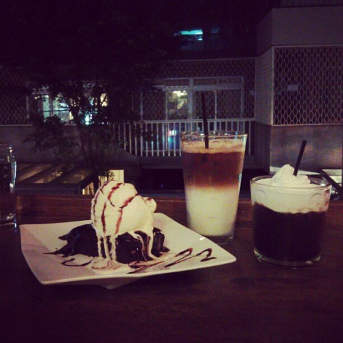 #food #brownie #coffee #random #taipei #night (使用 Instagram 攝於 Homeys Cafe)