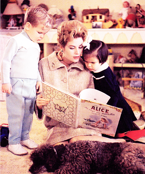 Grace Kelly reads to her children. tracylord:  Grace Kelly reads Alice in Wonderland to her children Albert and Caroline, 1961