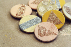 These beautiful Glitter Pins would make great party favours for the ladies at a wedding I think. Such a cheap and simple idea too!