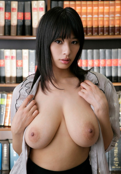 topless busty asian in the library  画