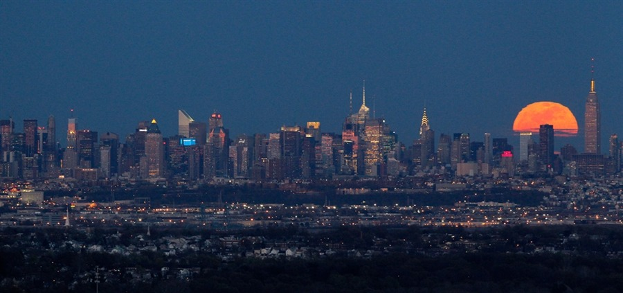 ericmortensen:  The Pink Moon and New York City (4/6/12 - AP/Julio Cortez)