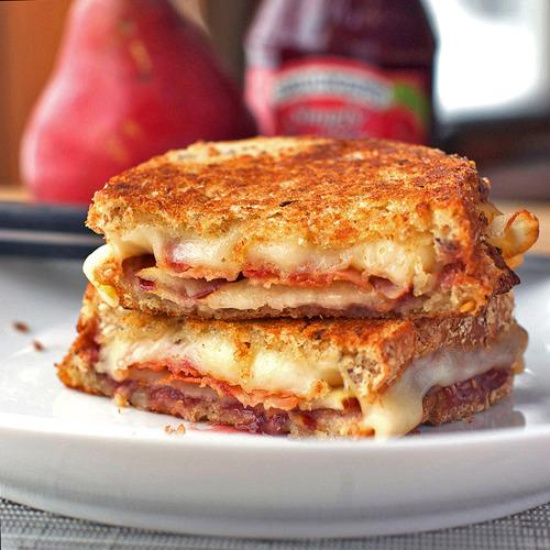prezzemolo:  soggetti-smarriti:  crepesaunutella:  Bacon Pear and Raspberry Grilled Cheese  Per qualcuno che ha il frigo pieno di dolci, e che va bene uno, va bene due, però dopo ci vuole il panino.  dove c'è bacon c'è buono