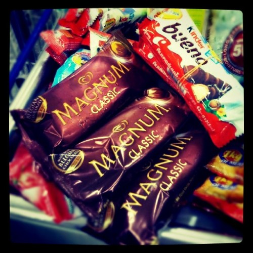 tehkie04:  Magnum + bueno= ^_^ (Taken with Instagram at SM City Naga)
