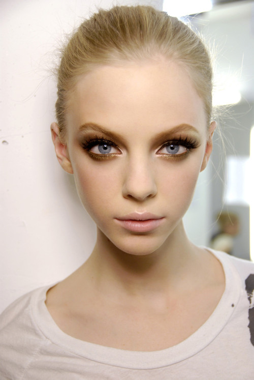 Stunning backstage beauty - a touch of shimmering gold under the eye #flawless!