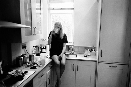 fraile:  Lara Stone in London, 2008 having a cup of coffee in the morning