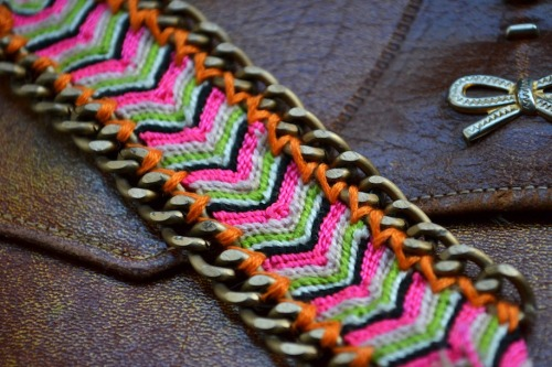 diyfashion:  Update a plain friendship bracelet by sewing curb chains to the sides! This tutorial by All The Good Girls Go To Heaven adds instant glamour to a normal woven bracelet.