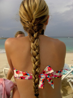 summer-fun-messy-bun:  Queued! (: