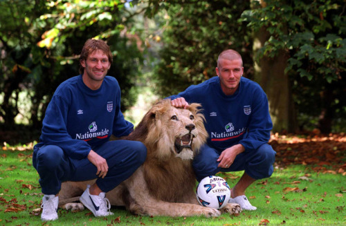 futboluseviyoruz:  Tony Adams & David Beckham with Lion :) @ 5 October 2000