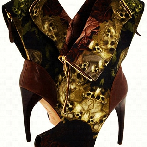 Gorgeous ! #alexandermcqueen #mcqueen #shoes #highheels  (Publicado com o Instagram)