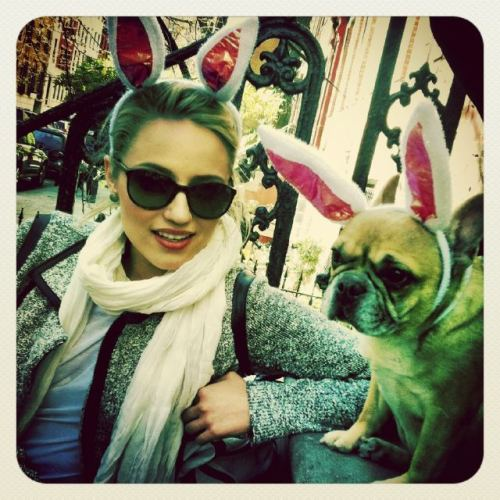 abgron:  DiannaAgron 13 secs ago Twitter Happy everything everybody. Good weekend all? (photo taken with Arthur's NYC girlfriend)yfrog.com/nw8j4elj
