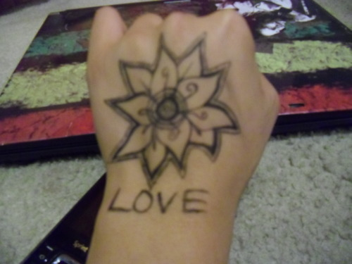 jazzeythelilone:  I drew this on my hand a while ago. I like drawing flowers like this.