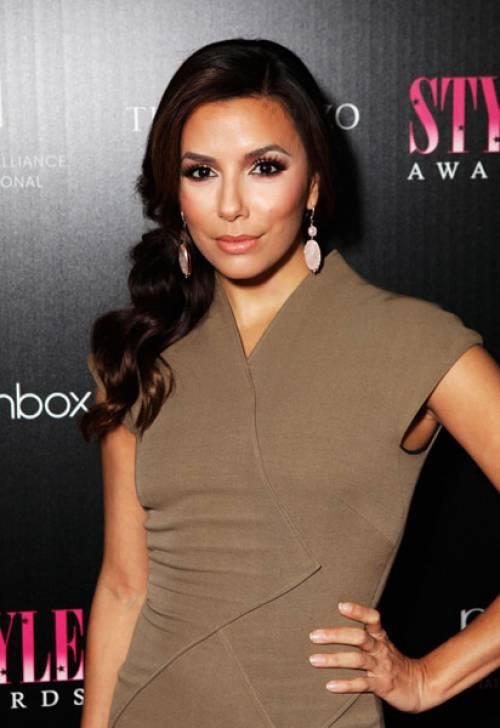 The stunning and talented Eva Longoria Parker wearing jewllery from Loren Ridinger's collection and also Motives make-up. Doesn't she just wear it all so well? Legend!