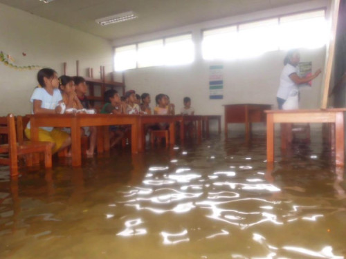 globalvoices:  A flooded school in Belén, Iquitos in Peru where it continues to rain and rain (see more photos and videos of flooding).