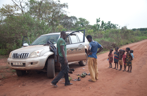 Some local experts inspect our Land Cruiser, Tokode, on the road back to Bangui from Dzanga Sangha.