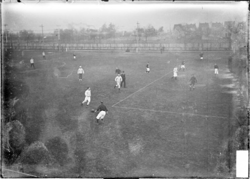 xiquarterly:  A soccer game in Chicago, 1905. Source: Chicago Daily News negatives collection, Chicago History Museum
