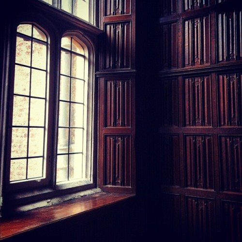 #window #wood #hamptoncourtpalace #private #chambers #tudor #light #carved #panels #decorative  (Taken with Instagram at Hampton Court Palace)