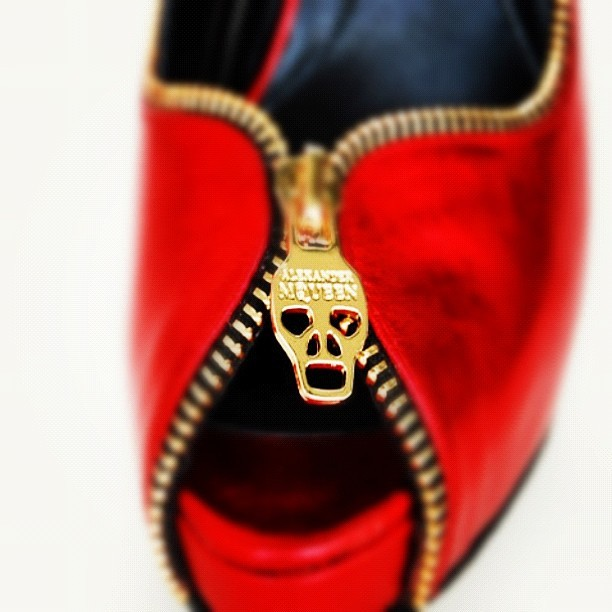 Gorgeous ! #alexandermcqueen #highheels #mcqueen #red #shoes #skull (Publicado com o Instagram)