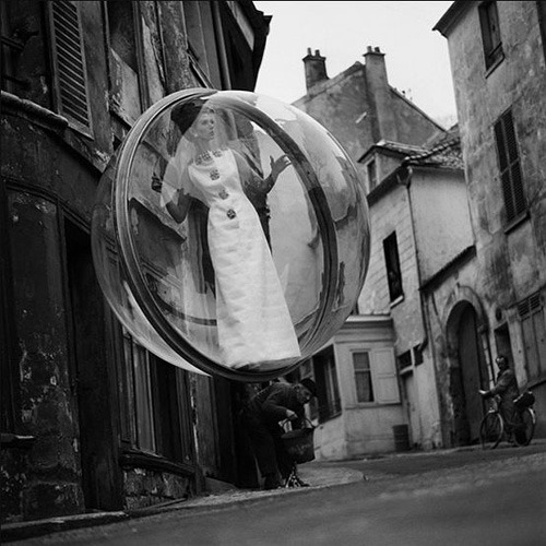 Melvin Sokolsky's Bubble photographs were the sensation of the Paris spring haute couture collections in 1963. Drawing on a rich mixture of influences as diverse as Bosch and Dalí, Sokolsky produced a wonderful trompe-l'oeil series in which a model wearing the latest Dior creations was trapped inside a huge plastic bubble as it floated around familiar Parisian locations.◎The Telegraph