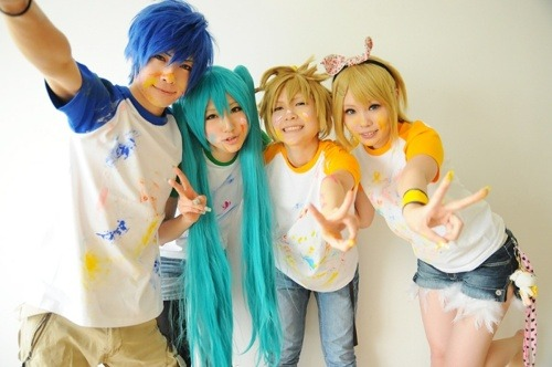 *Shion Kaito (blue hair) Cosplayer: KANAME *Hatsune Miku (light blue-green hair) Cosplayer: SAYA *Kagamine Len (blonde hair.. BOY) *Kagamine Rin (blonde hair.. GIRL) From: VOCALOID