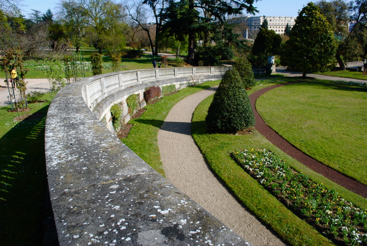 A parallel trio of profluent curvatures in the Jardin des Serres d'Auteuil.