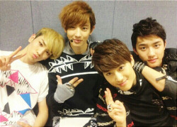 120410 [SHINee] Key Shares Photo with EXO-K.