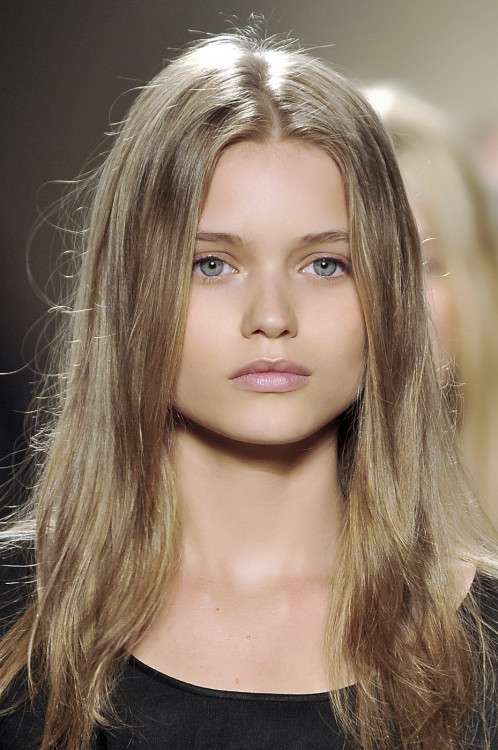 catwalkqueens:  Abbey Lee Kershaw backstage at Isabel Marant Spring 2009