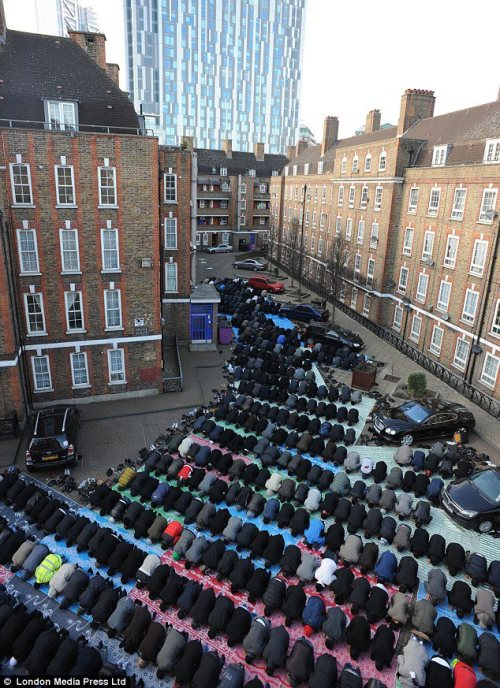 say-alhamdoulillah-mylove:  islamiyet:  Jumu'ah salaah in London, UK.   woah