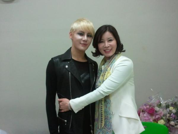 After the performance~ One shot in the waiting room!!ㅋ People who envy me, please replace my face (with yours)!!! You have my permission, you can do it, free from all anxiety ^^ㅋㅋ http://pic.twitter.com/sKCMUAo5  Source: zunoxiahmom