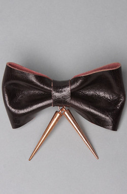 shortgold:  beautiful-intoxicated-s0uls:  bow tie x spike   want this.