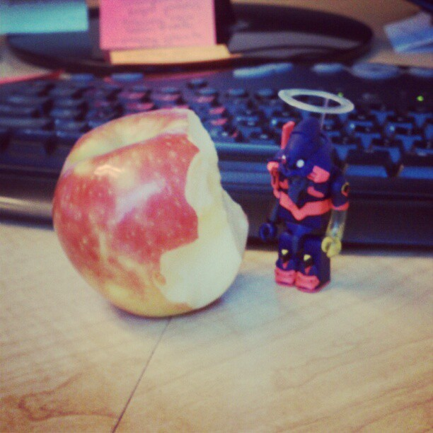 GUYS. I found an apple in my bag! HEALTHY SNACK NOMZ.