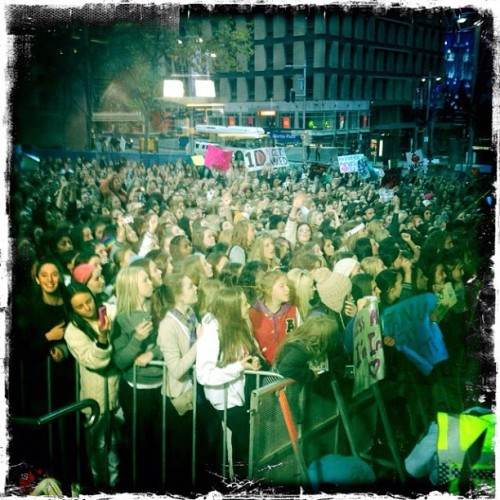 WOAH. Nearly 3000 #Directioners here now. #1donsunrise #1d  (Taken with Instagram at Channel 7)
