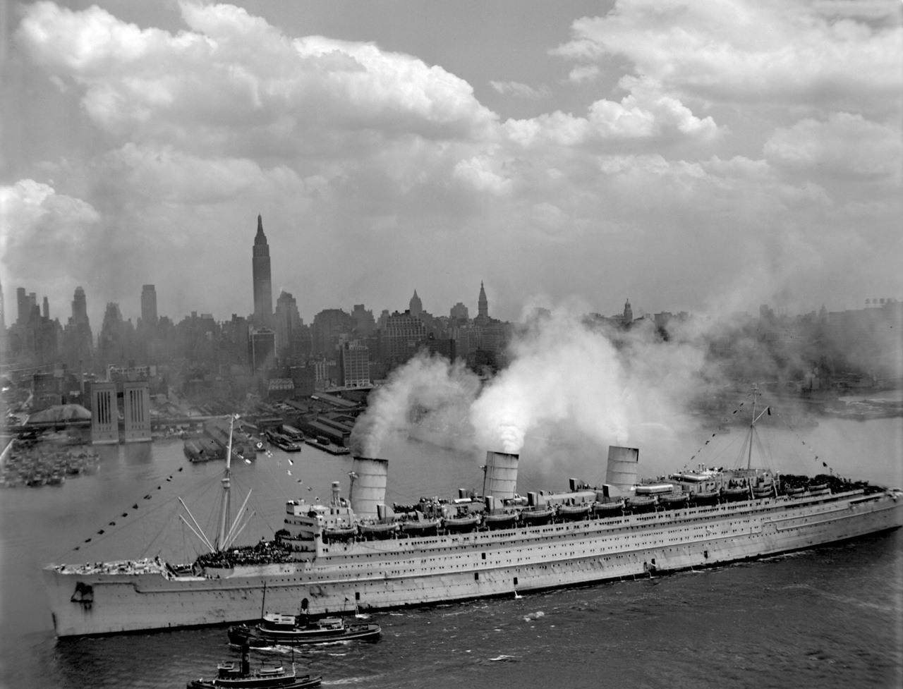 "scanzen:  RMS Queen Mary arrives in New York Harbor, June 20, 1945""The famous British liner, QUEEN MARY, arrives in New York Harbor, June 20, 1945, with thousands of U.S. troops from European battles.""Photo courtesy of US National Archives"